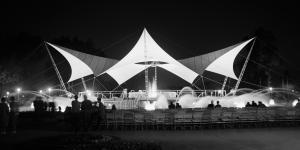 Nachtansicht des Tanzbrunnens für die Bundesgartenschau 1957 in Köln