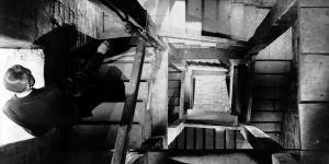 Standbild aus Alfred Hitchcocks »Vertigo« - EIn man geht eine hohe Treppe hinunter