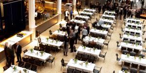 Das Restaurant im ZKM_Foyer mit festlich gedeckten Tischen