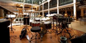 Bühnenaufbau mit Schlagzeug im ZKM_Foyer