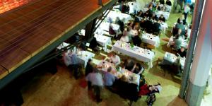 Tischreihen im Durchgang vom ZKM_Foyer zur HfG