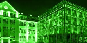 Grün eingefärbte Abbildung des ZKM mit Cubus im Vordergrund