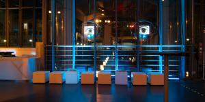 Der ZKM_Musikbalkon mit Sitzhockern bei Nacht