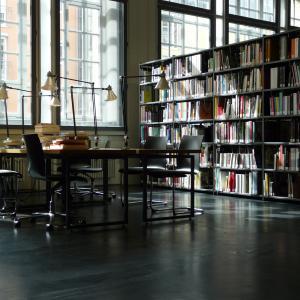 Die ZKM_Bibliothek mit Schreibtischen. Im Hintergrund Bücherregale