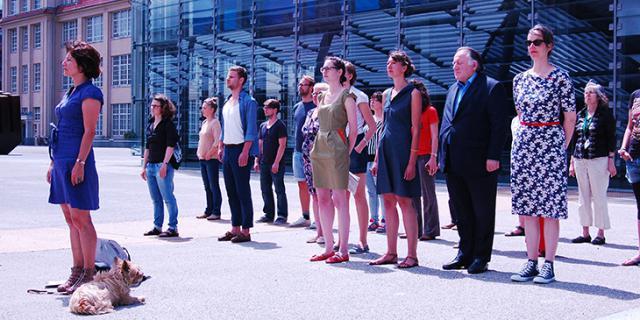 Mehrere Menschen stehen vor dem ZKM Kubus