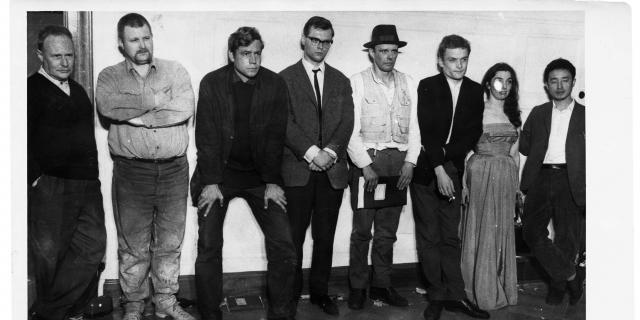 Schwarz-weiß Bild von acht Leuten Abschluss des 24-Stunden-Happening