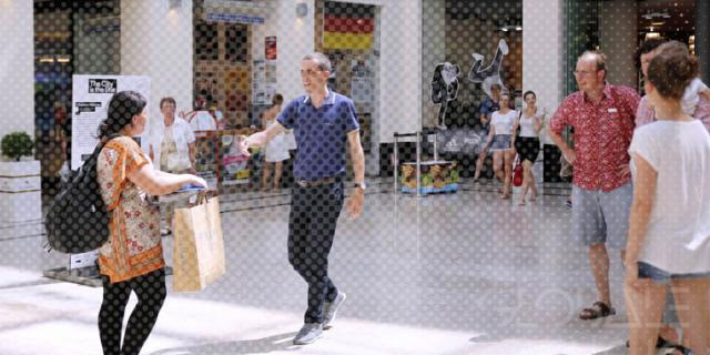Menschen in Einkaufszentrum