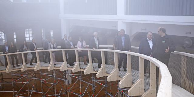 Mehrere Menschen laufen über die Rampe innerhalb der ZKM-Wolke