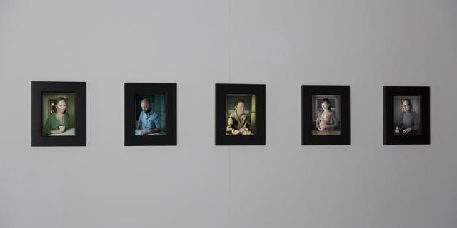 Fünf einzeln eingerahmte Porträts von verschiedenen Personen.