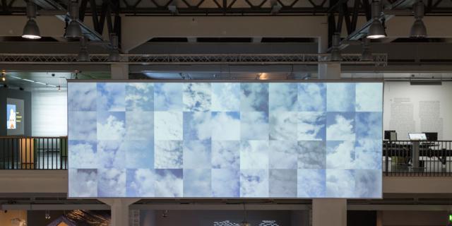 Eine große Leinwand mit verschiedenen Wolken-Abbildung