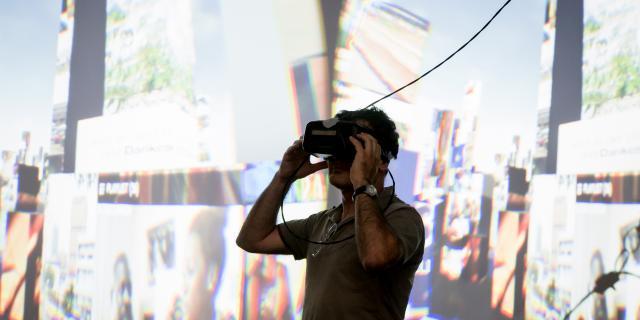 Ein Mann schaut durch eine 3-D-Brille