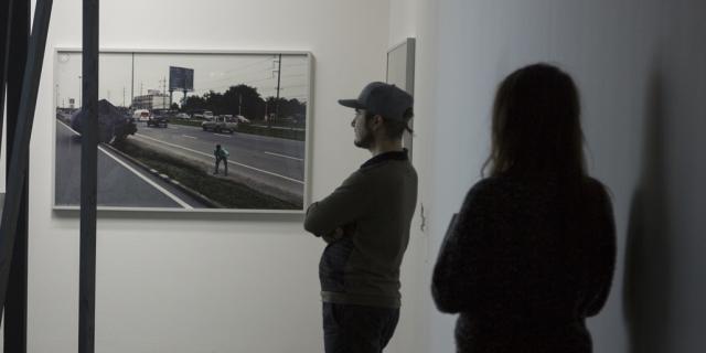 Zwei Menschen betrachten ein Bild an der Wand