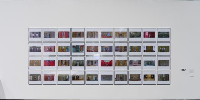 Viele eingerahmte Fotografien über- und nebeneinander