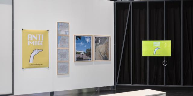 Eine Leinwand mit verschiedenen Bildern und Postern