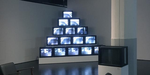 Blick in die Ausstellung »Radical Software«: Blick auf die Videoinstallation »Track Trace« von Frank Gillette.