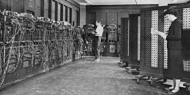 »ENIAC« auf einem Bild der US-Armee, im Vordergrund Betty Holberton, im Hintergrund Glen Beck