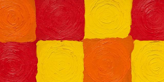Zwölf farbig gemalte Quadrate in zwei Reihen übereinander in den Farben Gelb, Orange und Rot.