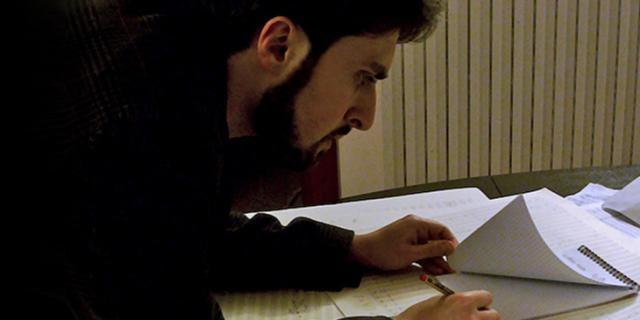Ein Mann schreibt auf einen Block Papier