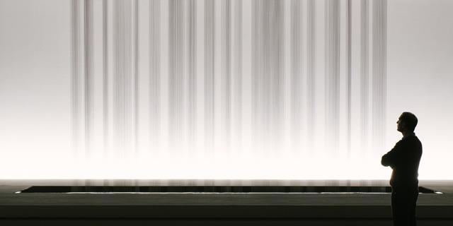 Mann steht vor einem Regen aus schwarzem Öl