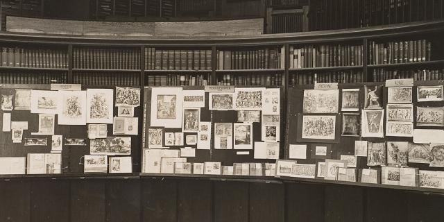 Eine Tafel mit vielen kleinen Zetteln