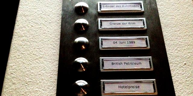 Sechs Knöpfe mit dazugehöriger Beschriftung