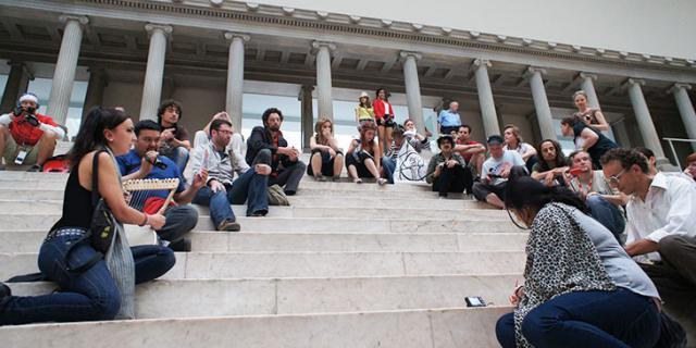 Mehrere Menschen sitzen auf der Treppe zum Pergamon-Altar