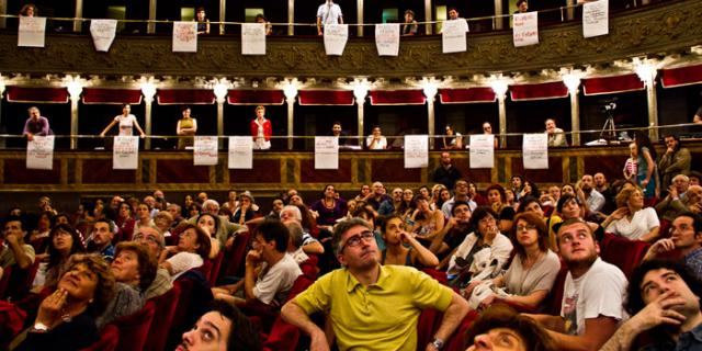 Publikum sitzt im Teatro Valle und blickt nach oben