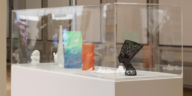 Eine Vitrine mit verschiedenen 3D-Drucken