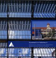 Das Cover zeigt den Himmel, gesehen durch das verglaste Dach der Lichthöfe des ZKM, sowie eine Außenansicht des Museum und des Glaskubus.