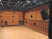Ein großer Raum mit vielen Lautsprechern