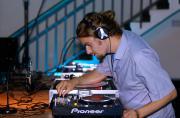 DJ Friday Dunard während eines DJ-Sets auf dem ZKM_Musikbalkon im Rahmen des Festivals »Sonic Experiments« im Juli 2015.