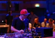 Gert-Jan Prins während der Performance »Black Smoking Mirror« im ZKM-Kubus im Rahmen des Festivals »Sonic Experiments« im Juli 2015.