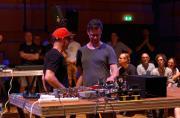 Martijn van Boven zusammen mit Gert-Jan Prins während ihrer Performance »Black Smoking Mirror« im ZKM-Kubus im Rahmen des Festivals »Sonic Experiments« im Juli 2015.