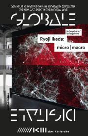 Blick in die Ausstellung: Über zwei Stockwerke im Lichthof eines Industriegebäudes zieht sich eine Projektionsleinwand.