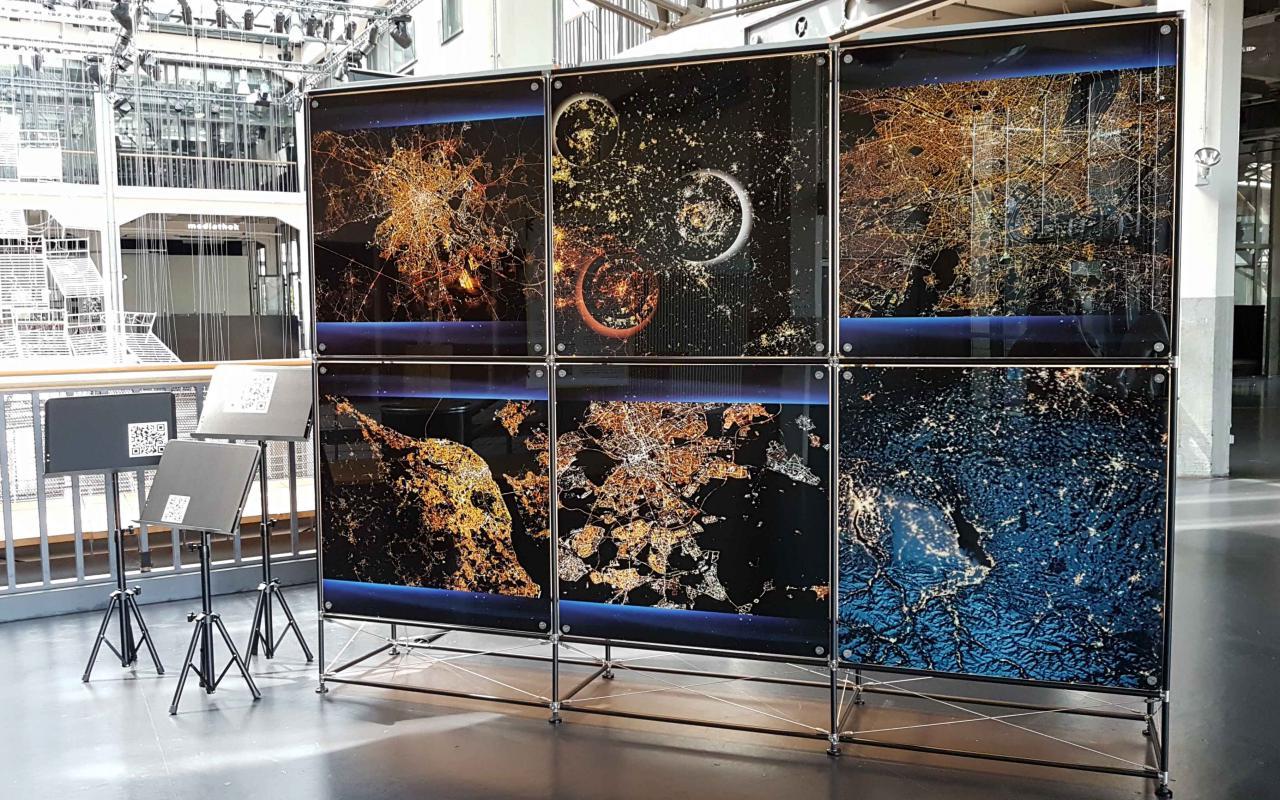 Eine Installation bestehend aus den 3D-Renderings der Arbeit »Europa – so nah, so fern« auf dem ZKM Musikbalkon.