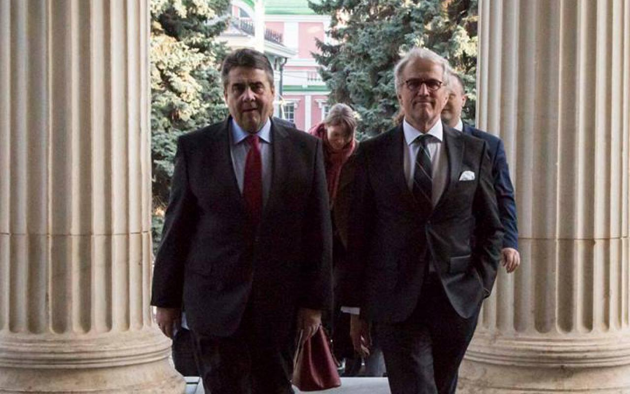 Sigmar Gabriel and another man go to the entrance of the »Art in Europe« exhibition in Moscow.