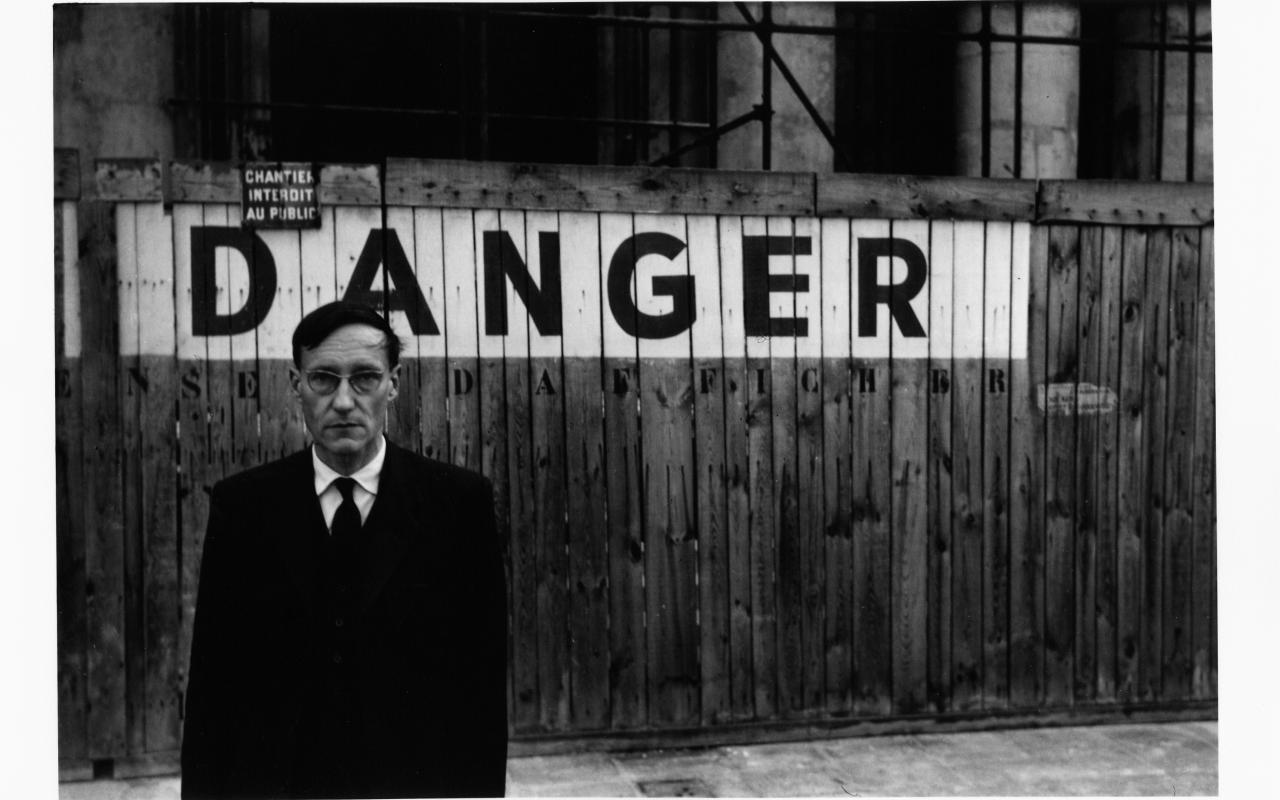 Portrait von William S. Burroughs vor dem Odéon Theater, Paris 1959