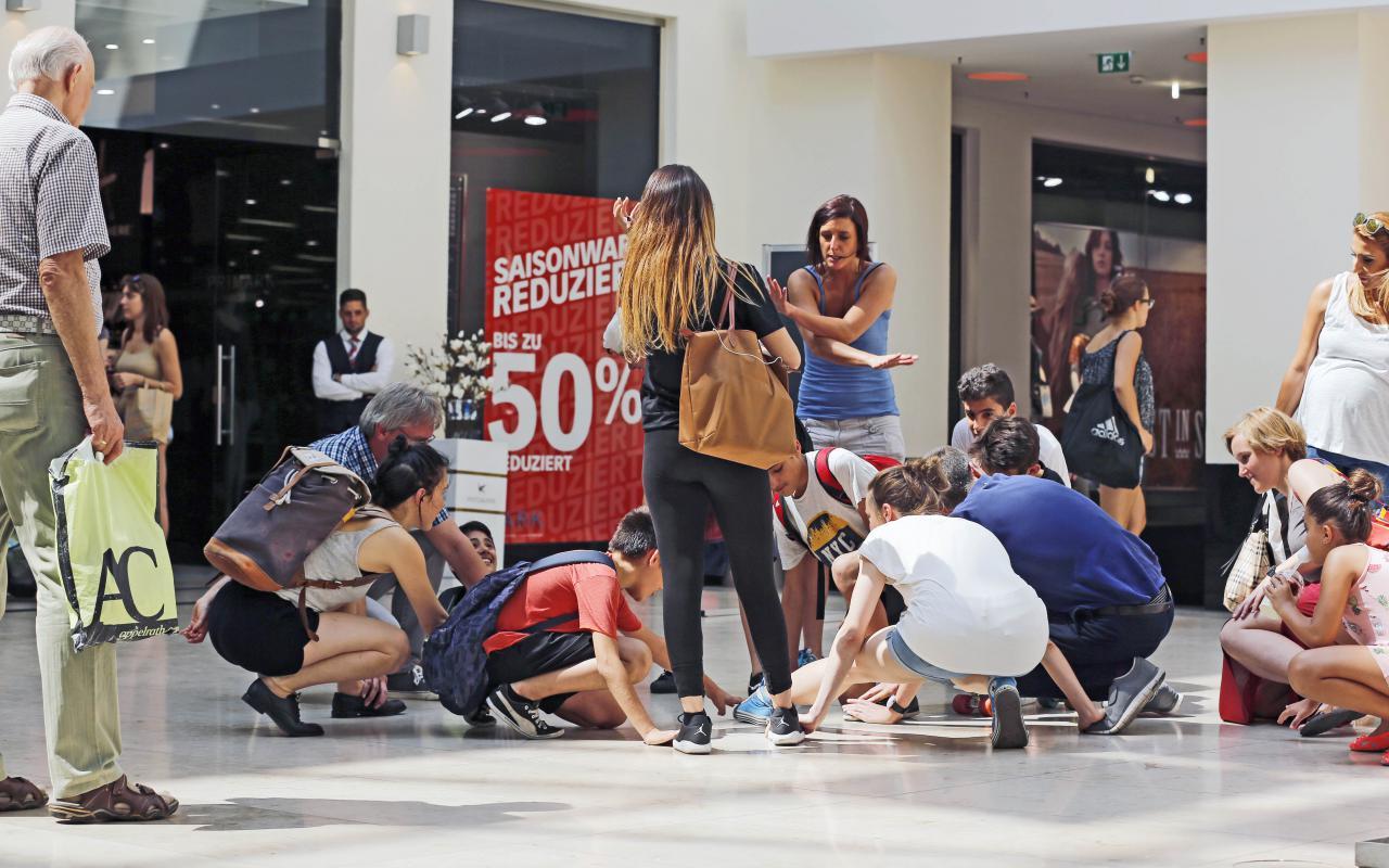 Menschen hocken auf dem Boden