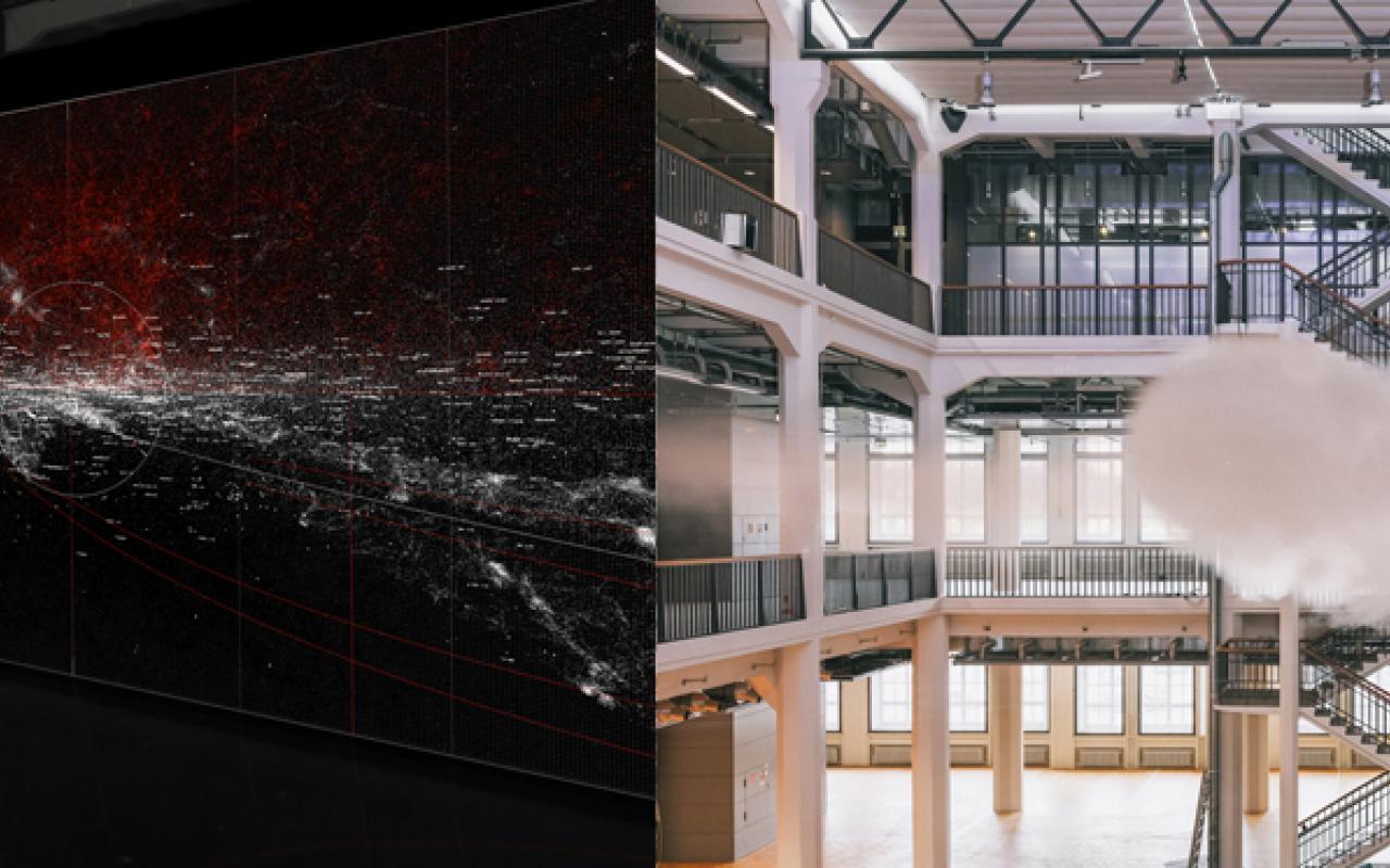 rechts eine Wolke im Museum, links eine große Leinwand mit weißen und roten Sprenkeln