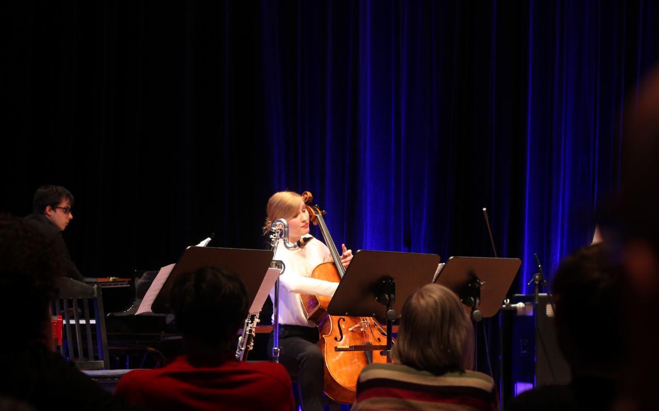 Eine junge Frau spielt Cello