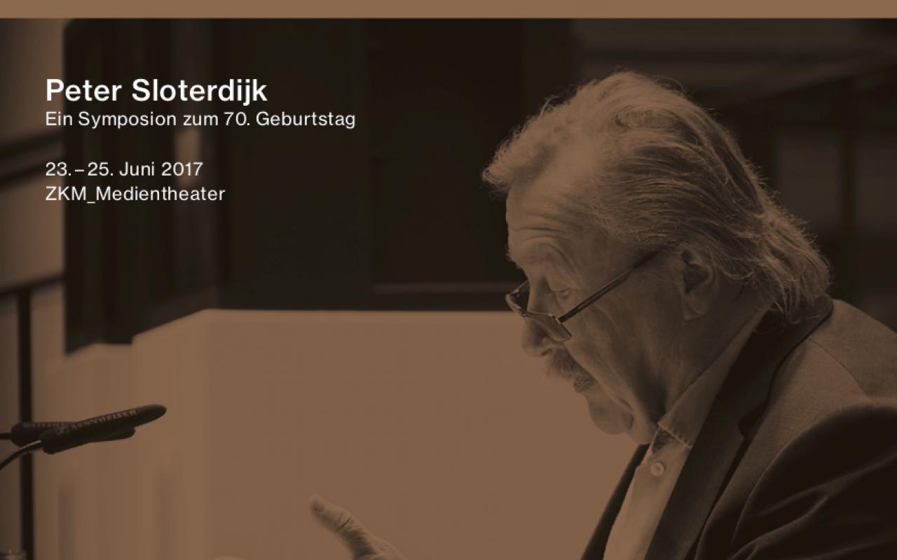 Fotografie von Peter Sloterdijk bei einem Vortrag, an einem Tisch sitzend.