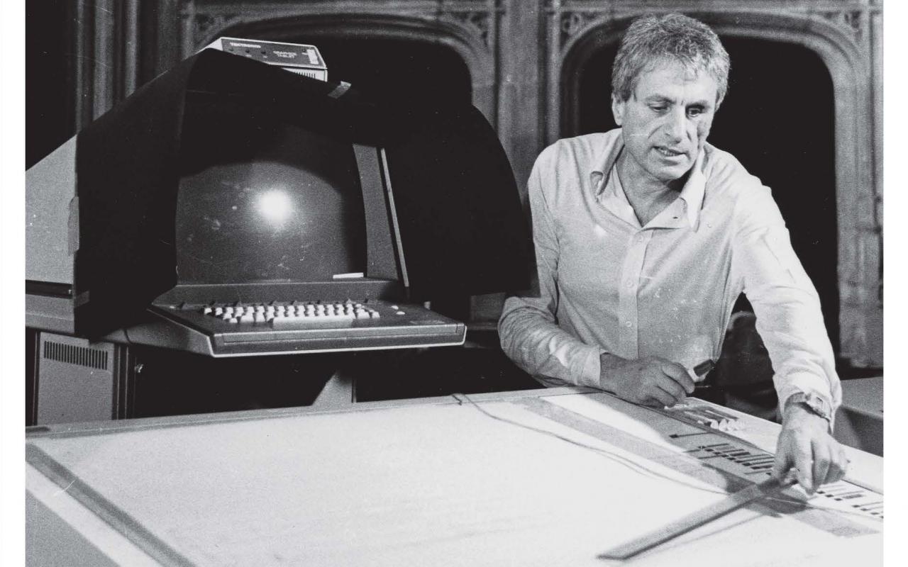 Cover der Publikation: UPIC. Orange Schrift und schwarz weiß Fotografie, auf der ein Mann zu sehen ist, der an einem Computerprogramm arbeitet, das die grafische Notation digital in Klang übersetzt