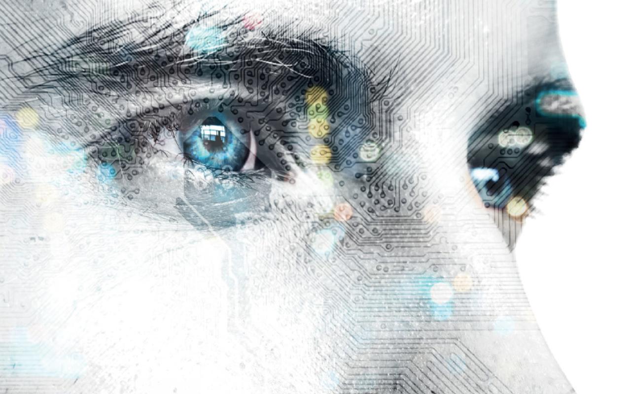 Foto der Augenpartie eines Mannes, mit Leiterplatinen hinterlegt.
