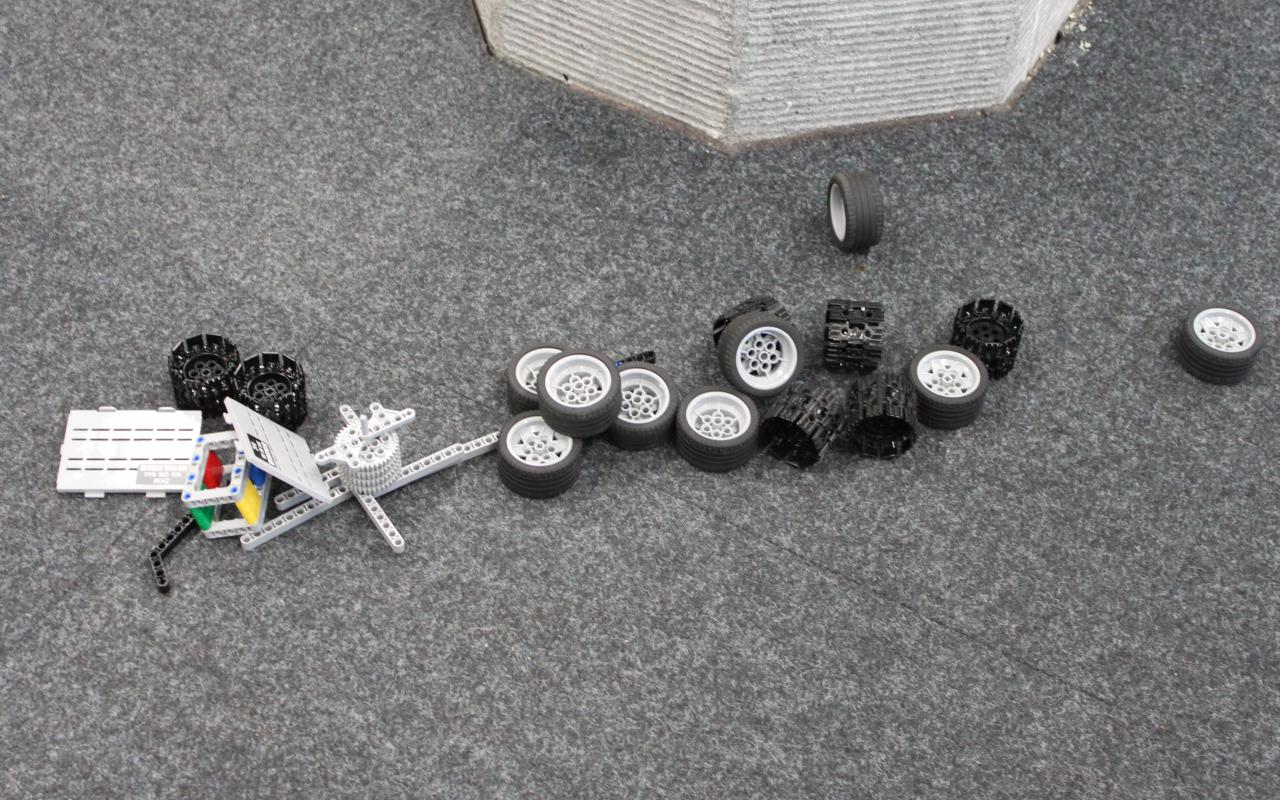 Lego-robotparts spreaded on the floor.