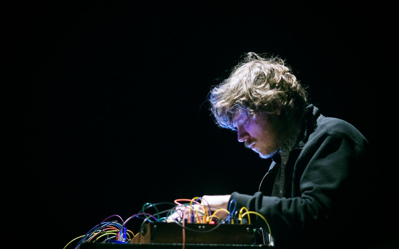 John Chantler an einem Synthesizer