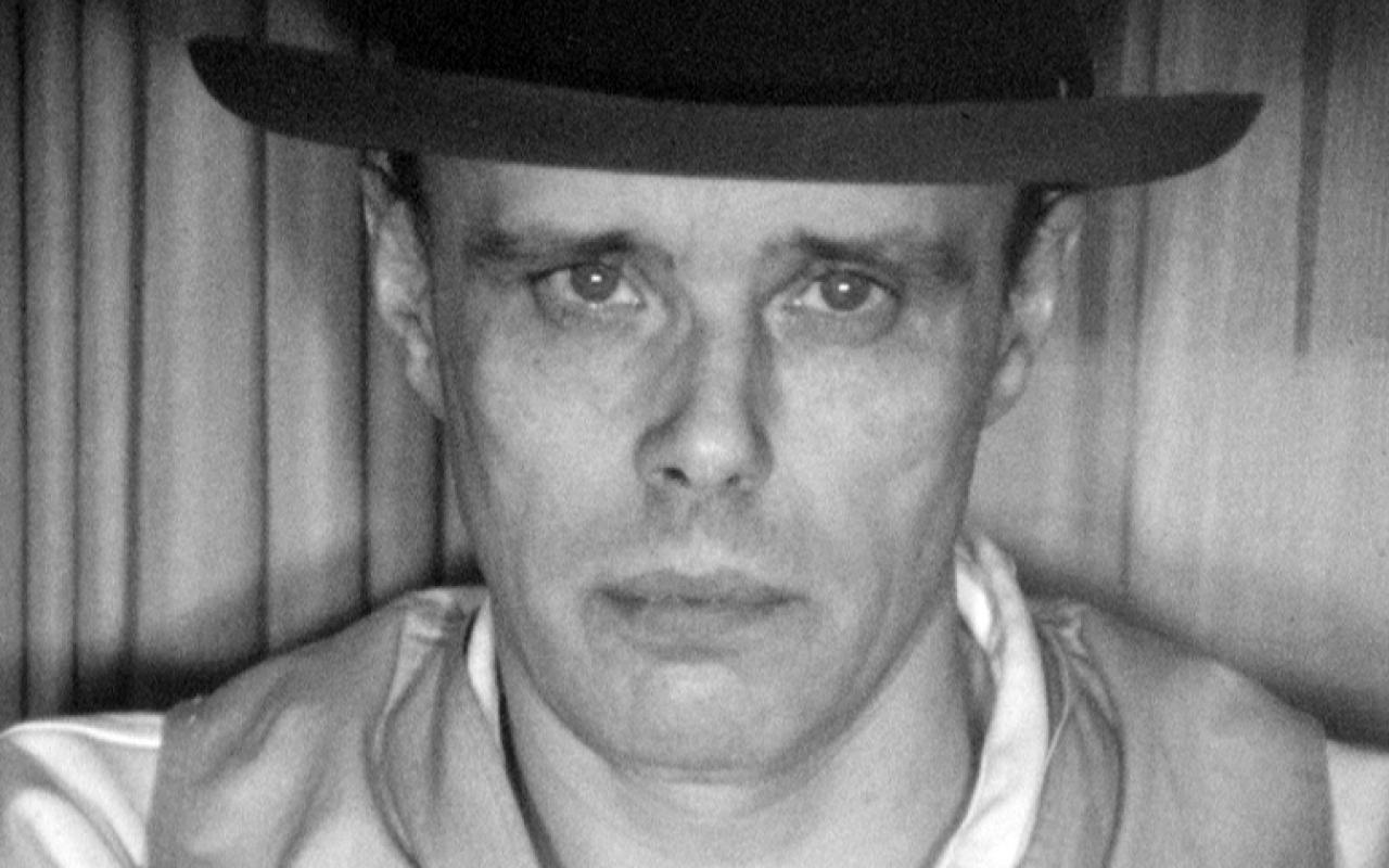 Eine schwarz-weiß Portraitaufnahme des Künstlers Joseph Beuys.