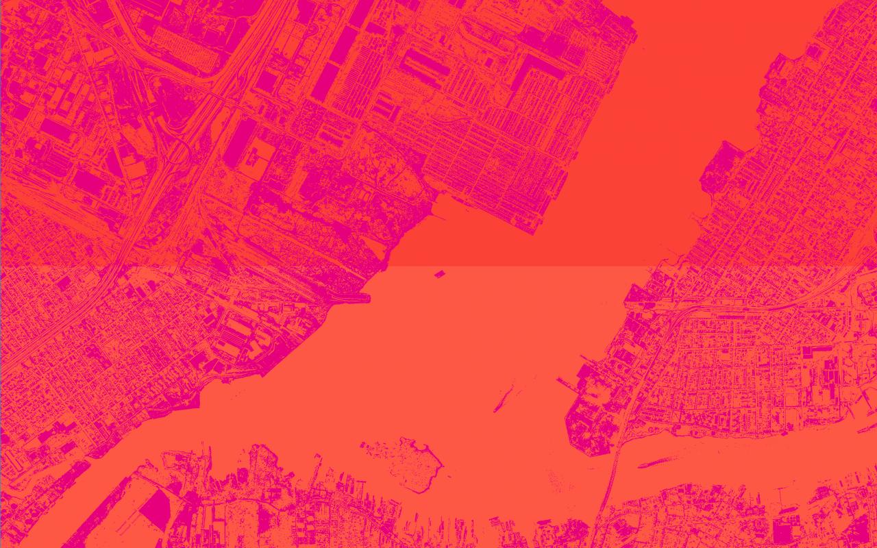 Aus der Vogelperspektive blickt man auf eine Stadt mit Fluss und vielen Häusern. Das Bild ist rot und lila eingefärbt.