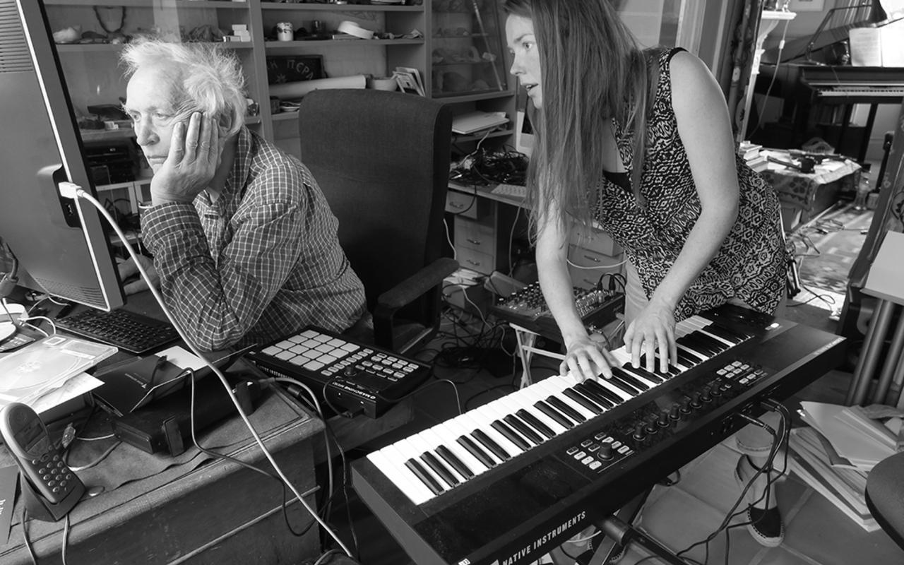 Peter Zinovieff und Lucy Railton bei der Arbeit an ihrem gemeinsamen Projekt RFG