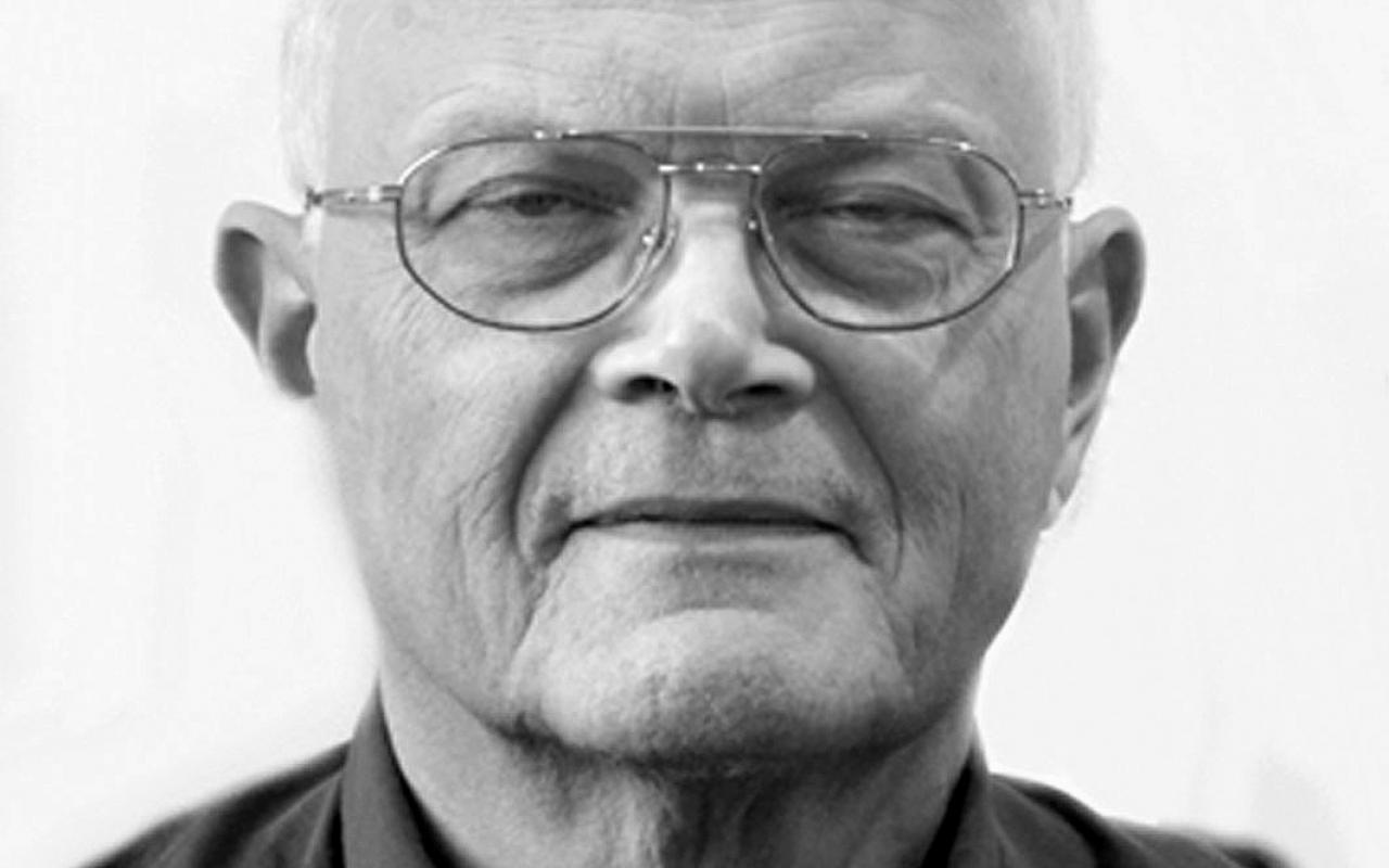 Das Bild zeigt ein Schwarz-Weiß Portrait von Karl Heinz Roth