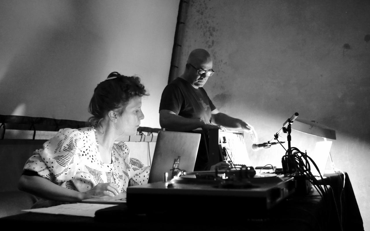 Das Bild zeigt die KlangdomkünstlerInnen Jean-Philippe Renoult und DinahBird bei der Arbeit.